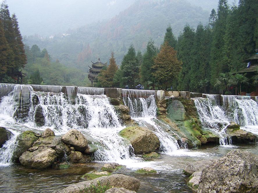 Водопады в горах Цинчэн