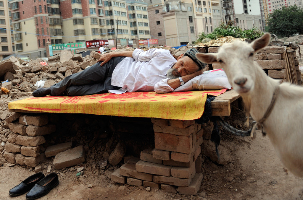 китаец спит